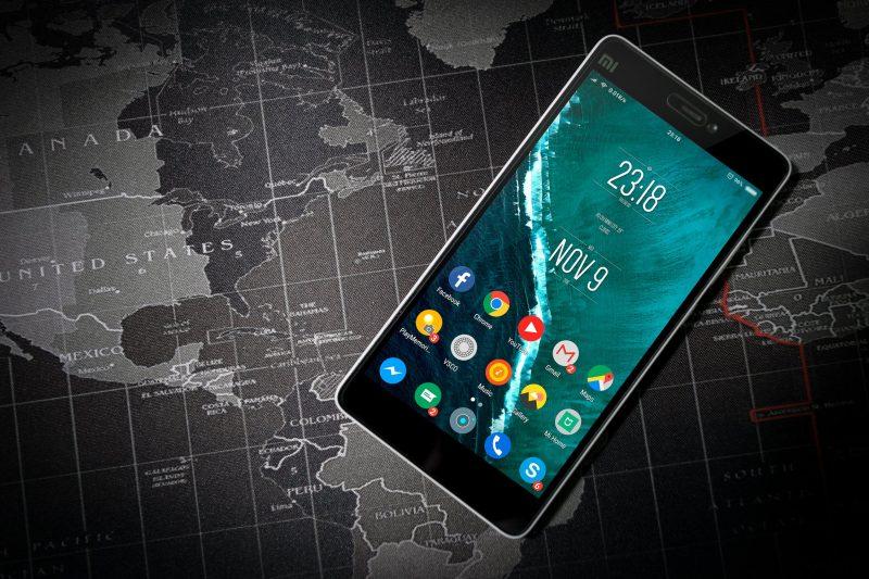 Cellulare acceso con mappa sullo sfondo